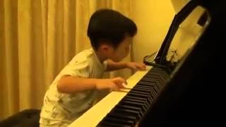 Bé trai 5 tuổi chơi piano cực đỉnh