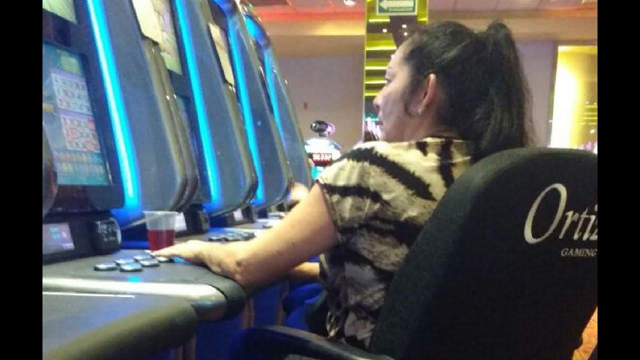 ProgresoHoy.com -- Descubren a funcionaria municipal jugando en el Casino en horas de trabajo