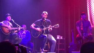 """Brett Young sings """"Sleep Without You"""" live at the Kat Jam"""