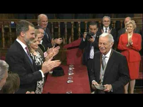 Eduardo Mendoza recibe el Premio Cervantes de manos de Felipe VI