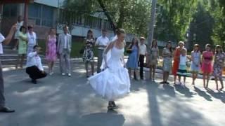 Жених и невеста на роликах.mpg