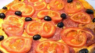 Простая пицца на кефире с колбасой и помидорами.