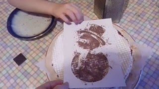 Алиса делает сама торт со снеговиком из вафельных коржей
