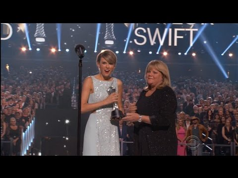 Taylor Swift's Mother Provokes Emotional Moment at ACMs