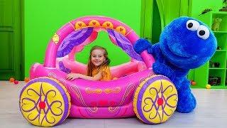 فتاة تلعب مع عربة للأميرات