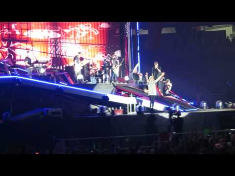 One Direction covering Use Somebody-Atlanta-10/01/2014