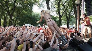 Прыгнула в толпу
