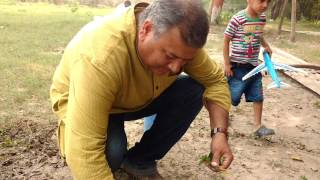 Peepal Baba explaining how to make sapling bags and uproot seedlings