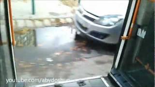 Ezért ne támaszkodj a busz ajtajának!