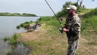 Рыбалка на озере снастью кормушка с сеткой