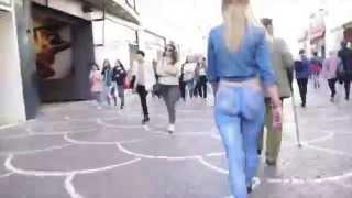 Chica se pasea con unos vaqueros pintados con body paint