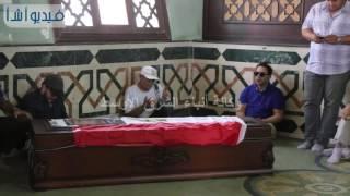 بالفيديو : الحزن الشديد على وجه مدحت صالح فى جنازة عمرو سمير