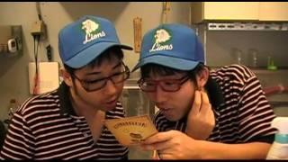 家の 近所でカレー屋を営む大田兄弟(双子)に OTONOFOLDERの宣伝フライヤ...