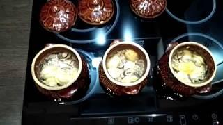 Пельмени в горшочке с грибами и сыром