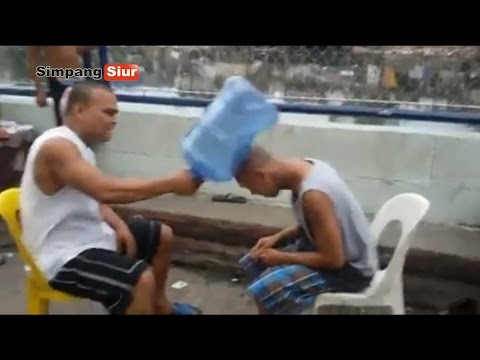 Aksi Gokil Adu Kekuatan Kepala Dengan PUkulan Galon AIr Minum Mp3