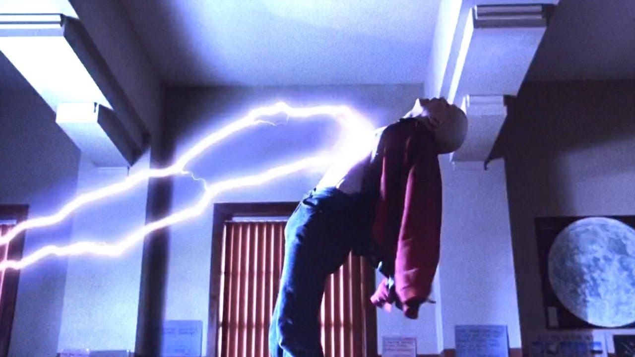 小伙被雷电击中-瞬间变成了能量生命体-速看科幻电影-闪电奇迹