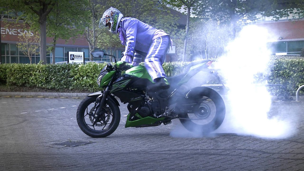 Kawasaki Z300 Extreme Stunt Parking With Bellboy Bowers!