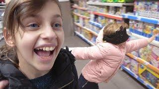 J'ACHÈTE TOUT CE QUE JE TOUCHE LES YEUX BANDÉS #2 ! Match retour du shopping à l'aveugle