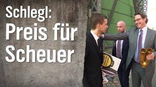 Schlegl in Aktion: Verleihung des Goldenen Auspuffs an Andreas Scheuer