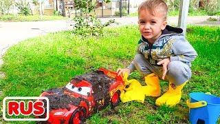 Никита играет в автомойку с красной детской машинкой