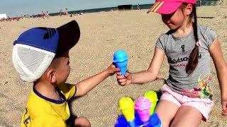 Ваня и Маша играют с игрушками для детей