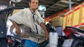 clip về ông cụ hát nhạc rong bằng cây đàn tự chế khiến người xem xúc động nghẹn ngào