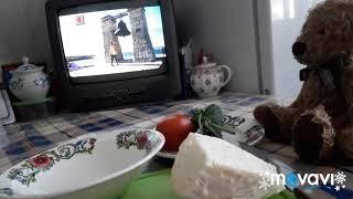 Мишутка готовит салат из свежих овощей