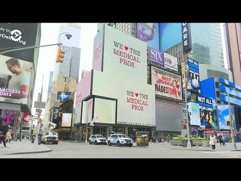 На Таймс-сквер благодарят врачей вместо показов рекламы