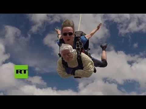 A los 102 años una mujer entró al Guinness como la paracaidista más anciana del mundo