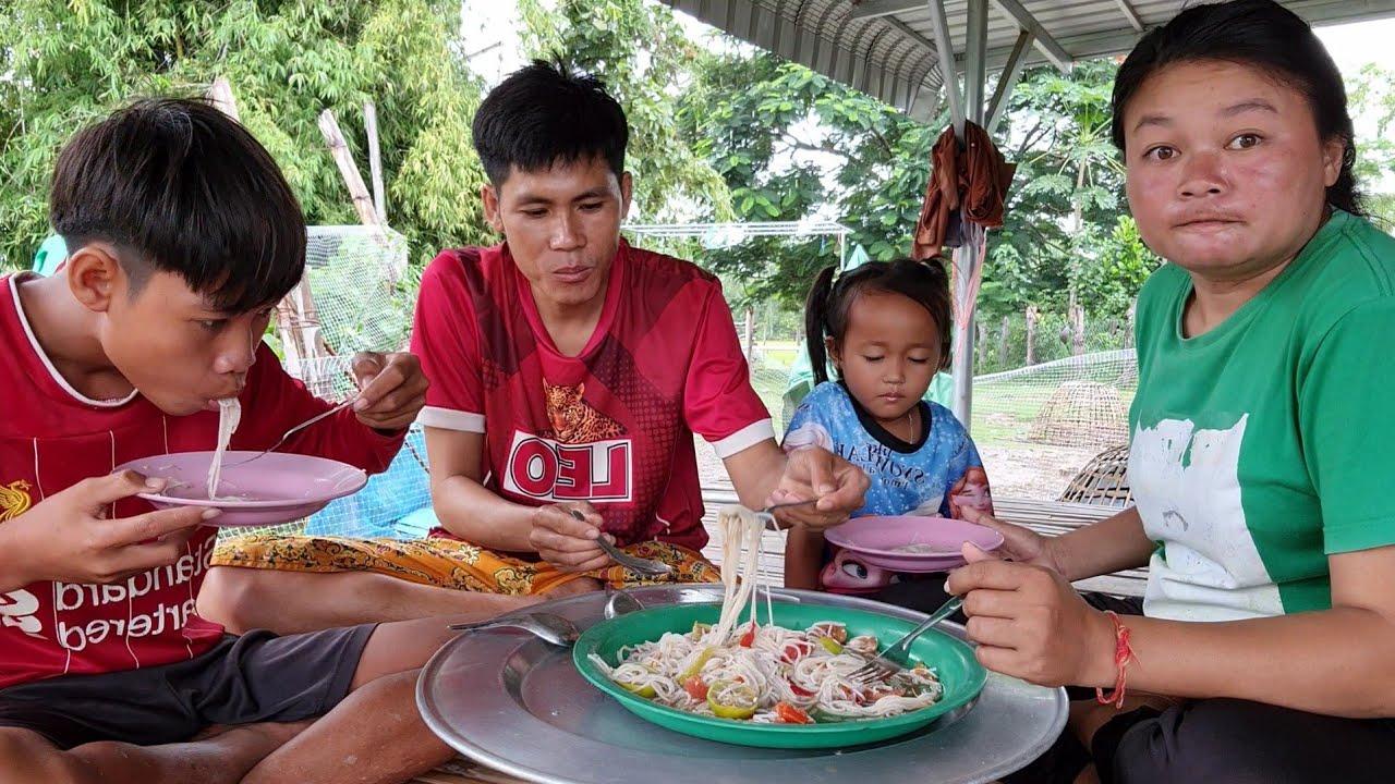 ตำมั่วกินในวันฝนตกริน กินกับน้องมอสแทบร้องให้เผ็ดมาก