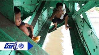 4 em nhỏ sống lay lắt trên dầm cầu | VTC