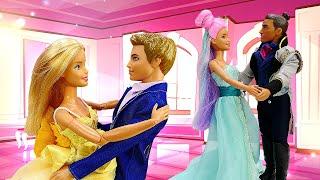 Barbie et sa copine se préparent pour le bal. Les robes pour les poupées.