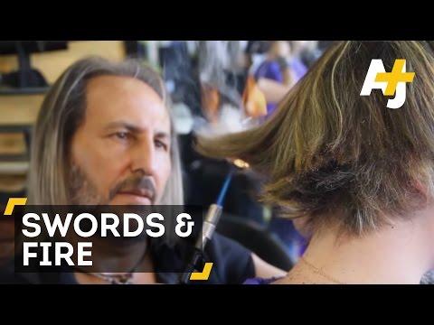 Un coiffeur utilise des sabres et du feu pour couper les cheveux