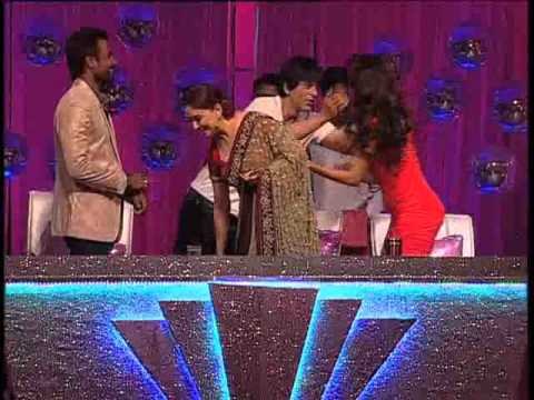 Shahrukh Khan greeted Madhuri Dixit On Jhalak Dikhhla Jaa Sets