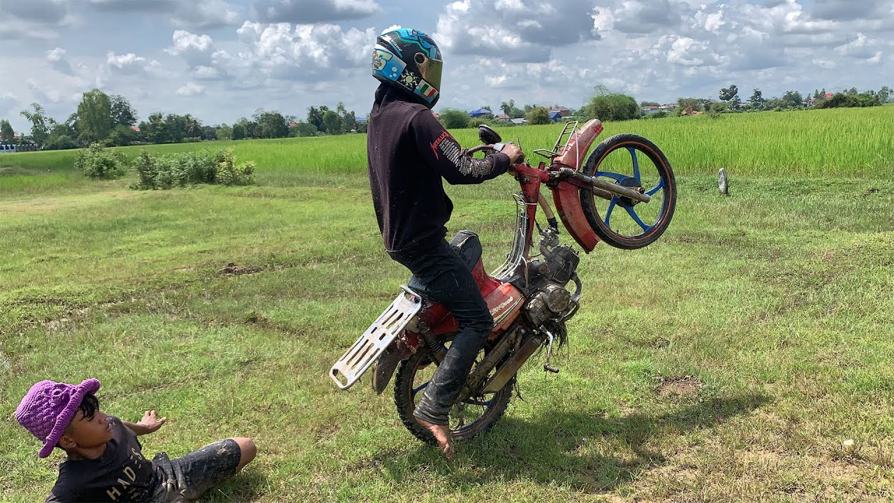 Riding a motorcycle motorbike in the mud,ride old motorcycle modified,PLY MOTO OLD 2022