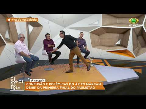 "Programa ""Donos da Bola"" do Neto revolta palmeirenses ao levar pôster e taça a programa"