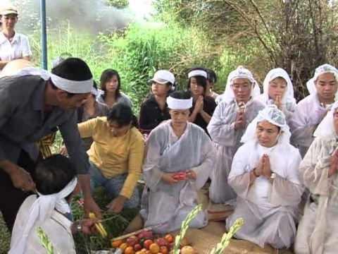 Nhac sy Hoang Phuc dam tang me (linh cuu chon cat tai nghia trang  tinh  Ba Ria vung Tau)