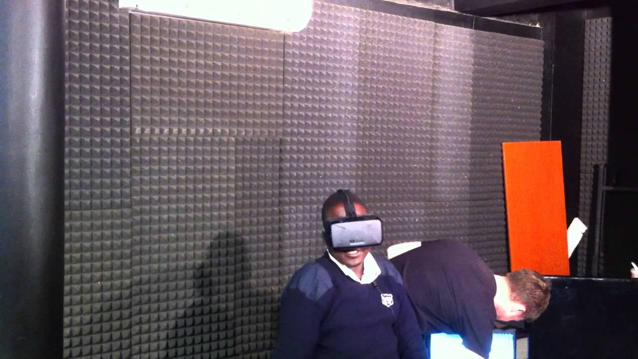 Un agent de sécurité ougandais essaie un Oculus Rift