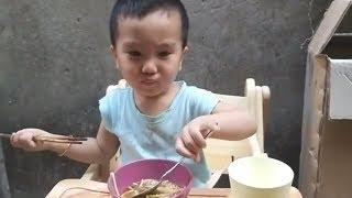 VB 24// Vincent tự ăn và chơi trống cùng ông nội