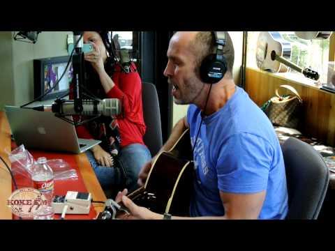 Paul Thorn sings