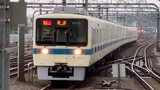 小田急8000形8257+8057編成が通過するシーン