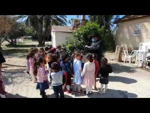 ראש המוסדות בברכת האילנות עם ילדי המוסדות וברכה לתורמים