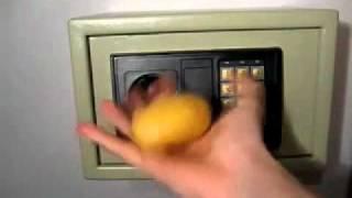 Вскрытие китайского сейфа.mp4(Это не розыгрыш. Мы действительно купили аналогичный сейф в одном строительном супермаркете, испробовали..., 2011-07-15T11:06:26.000Z)