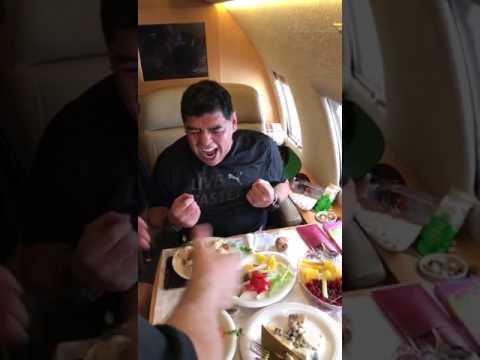 Se viraliza un vídeo de Maradona tomándose un chupito sin usar las manos