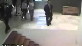 ENRIQUE PEÑA NIETO se cae en escalera