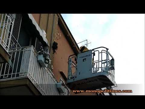 Le operazioni di rimozione di un nido di vespe in centro a Monopoli