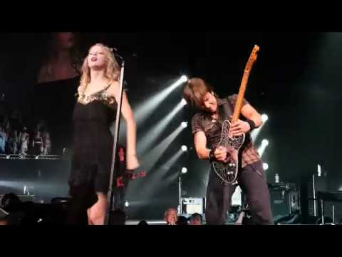 Taylor Swift and Keith Urban singing Somebody Like You