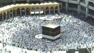 Des musulmans prient à la Kaaba avant le début du hajj