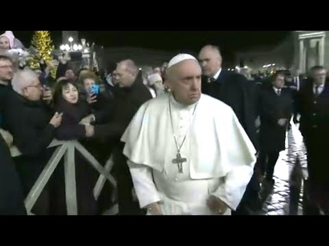 Klaps auf die Hand: Papst ist sauer auf zudringliche Anhängerin   AFP