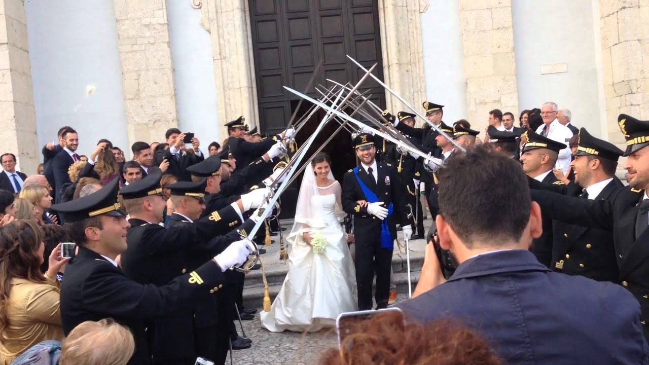 Matrimonio In Divisa Esercito : Ponte di sciabole picchetto al matrimonio youtube